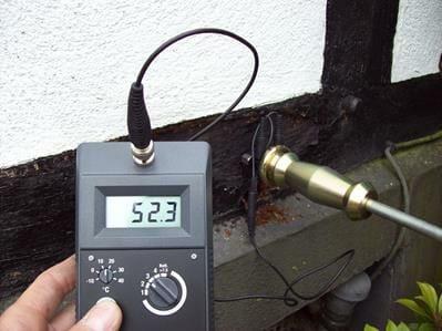 Messung von der Holzfeuchtigkeit eine Fachwerkhauses