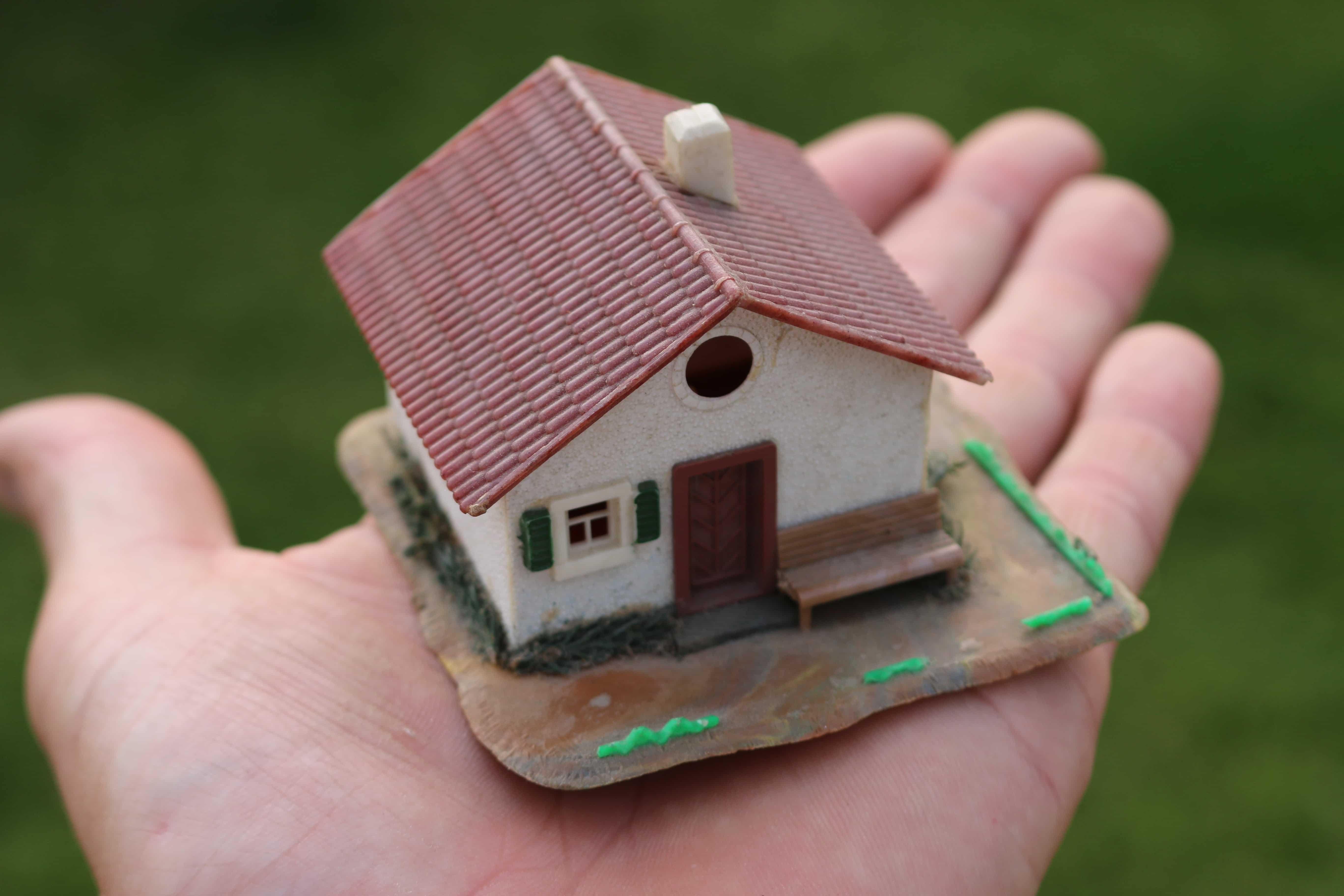 Qualitätskontrolle Haus auf Hand